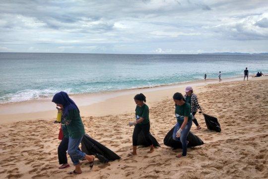 Peduli pantai, BI-GenBI bersihkan sampah plastik di Sulut