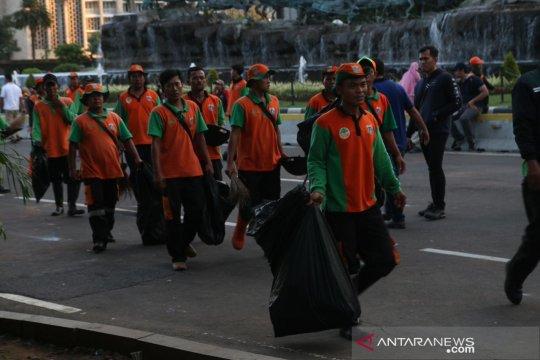 """Pasukan """"oranye"""" pungut sampah di lokasi perayaan Hari Buruh"""