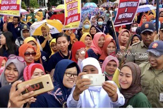 Para pekerja berebut berswafoto dengan Gubernur Jawa Timur