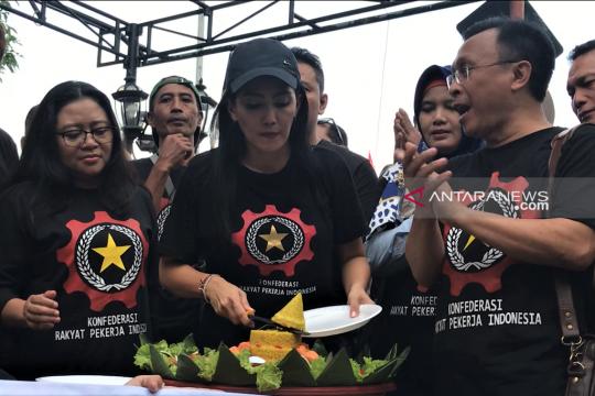 KRPI memotong tumpeng peringati hari buruh sedunia di Surabaya
