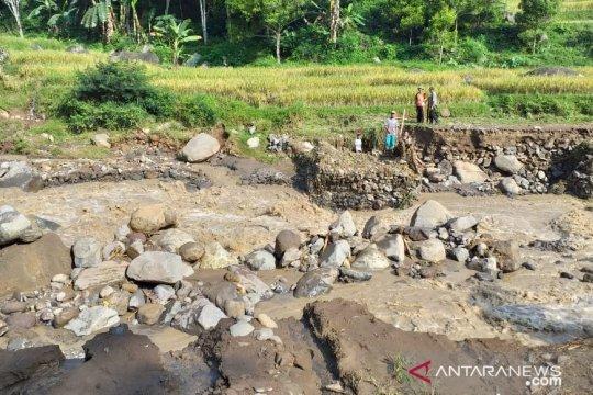 Jembatan penghubung antar kampung putus akibat banjir