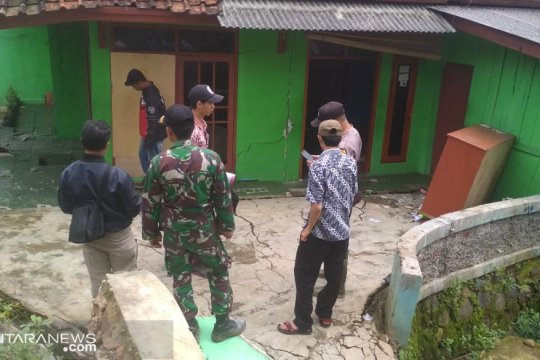 BPBD dan relawan menyisir permukiman terdampak pergeseran tanah