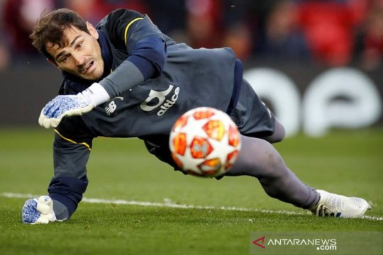 Mantan pahlawan Real dan Spanyol Casillas resmi pensiun