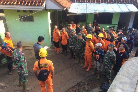 Korban tertimbun tanah longsor di Tasikmalaya, dievakuasi tim SAR