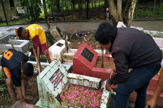 Jelang Ramadhan 1440 H, pelajar Jayapura jadi pembersih makam