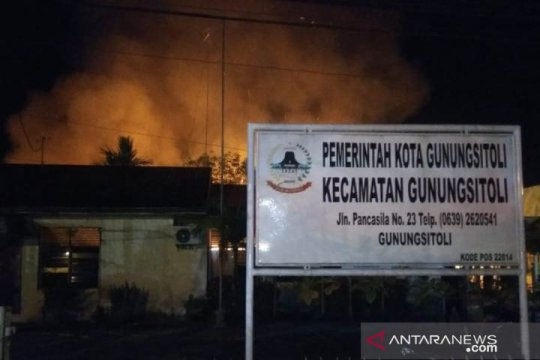 Kantor camat dan logistik pemilu di Gunungsitoli terbakar