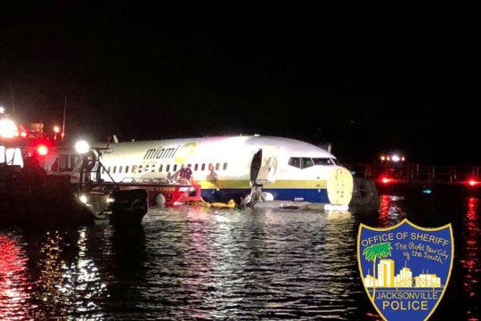 Pesawat Boeing 737 tercebur ke sungai saat akan mendarat di Jacksonville, Amerika Serikat