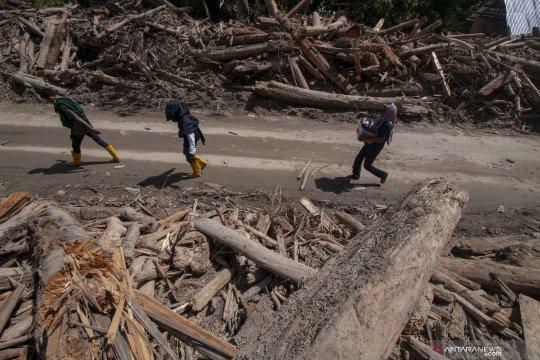 Pemkab Sigi kerahkan alat berat untuk perbaiki jalan diterjang banjir