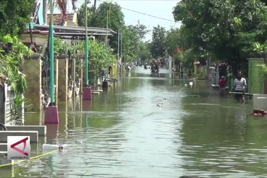 Banjir kali Lamong rendam ribuan rumah, dua tewas