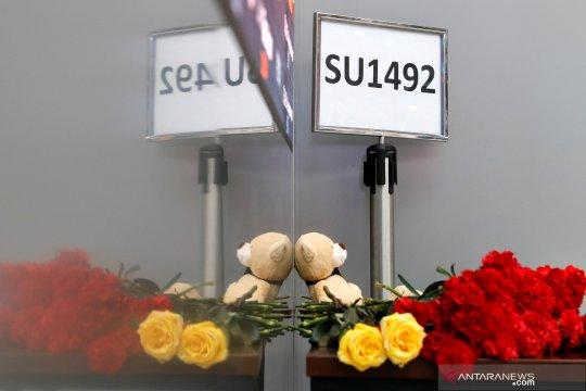 Bunga dan boneka duka cita untuk korban kecelakaan pesawat Sukhoi
