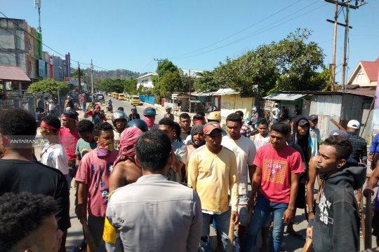 Puluhan warga NTT blokade jalan di Sorong