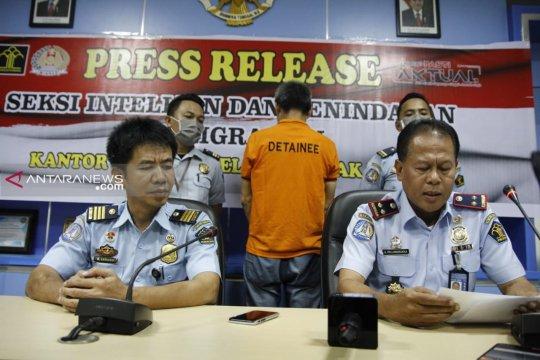 Imigrasi Makasar deportasi penjual obat kuat asal China