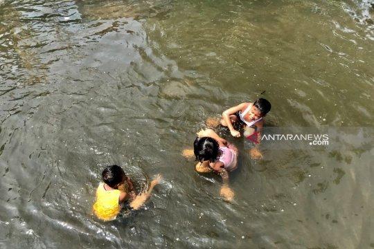 Gubernur Jatim bersiap teruskan pembangunan tanggul antisipasi banjir
