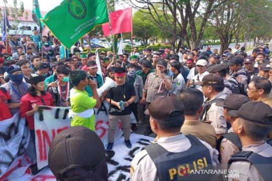 Ratusan mahasiswa demo Gubernur Kalteng