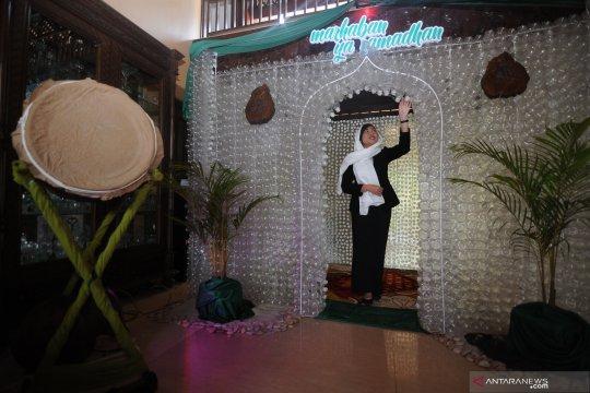 Instalasi berbentuk masjid berbahan botol bekas