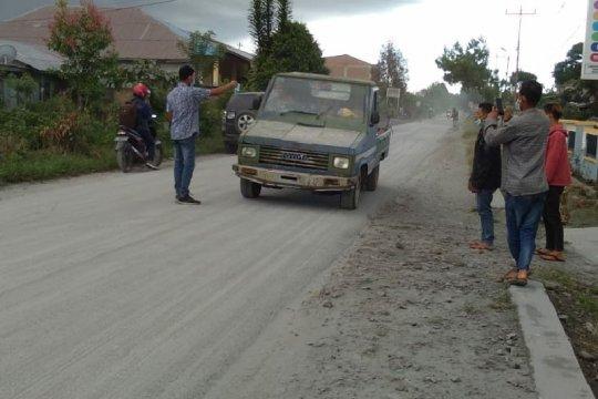 Personel BPBD Karo amankan warga agar tak ke lokasi erupsi Sinabung