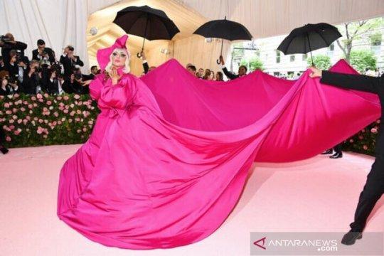 Lady Gaga kenakan empat kostum, curi perhatian di Met Gala 2019