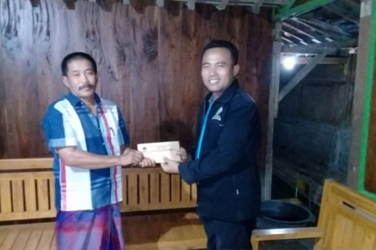 KPU Ngawi serahkan dana santunan ke penyelenggara pemilu yang sakit