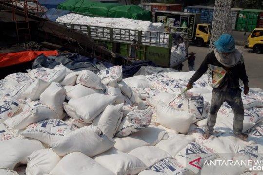 Aktivitas bongkar muat di Pelabuhan Sunda Kelapa masih normal