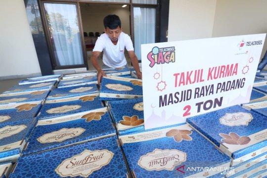 Telkomsel bantu Masjid Raya Sumbar dua ton kurma