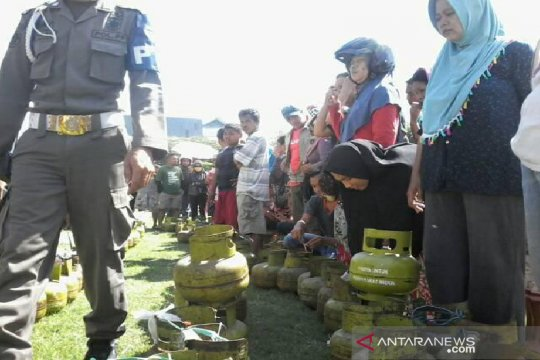 Ratusan warga Palu antre untuk mendapatkan elpiji subsidi