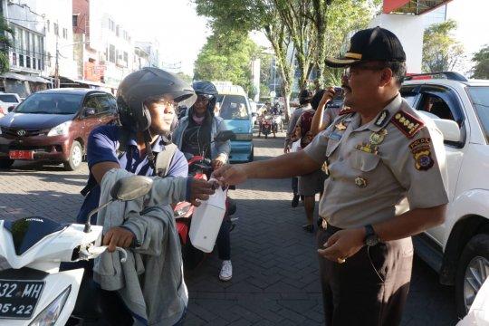 Ditbinmas Polda Sulut bersama KBPP Polri bagi-bagi takjil
