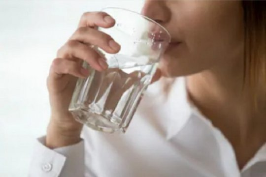 Benarkah makan diselingi minum tidak bagus untuk pencernaan?