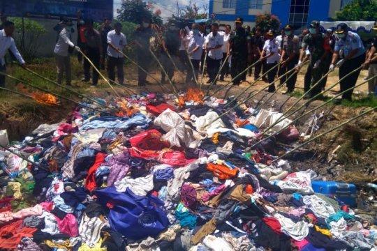 Satgas Pamtas-Bea Cukai Entikong musnahkan barang-barang ilegal