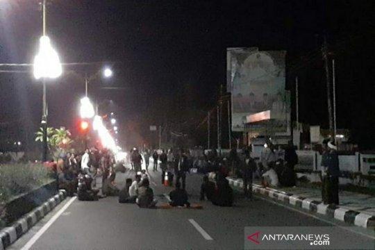 Polisi interogasi warga terlibat aksi kericuhan di pleno Lombok Tengah