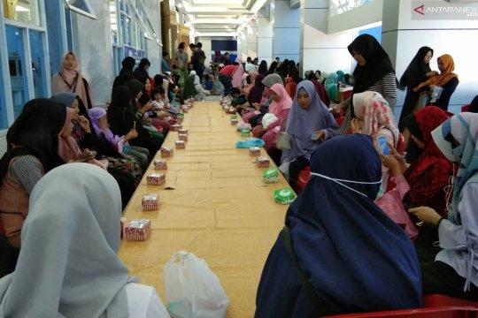 Masyarakat Sambut Hangat BNNP Sultra Bagi-bagi Takjil