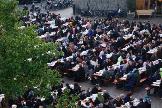 Umat Muslim Belanda dan warga Utrecht nikmati iftar