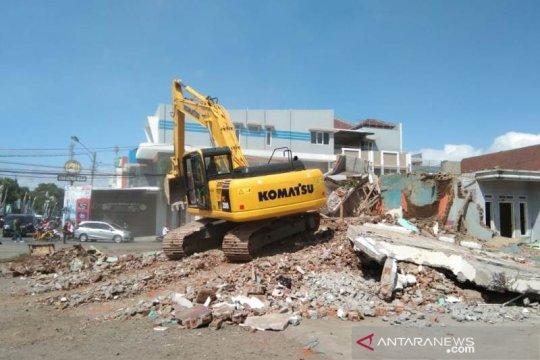 Bangunan terdampak reaktivasi jalur kereta di Garut Kota dibongkar