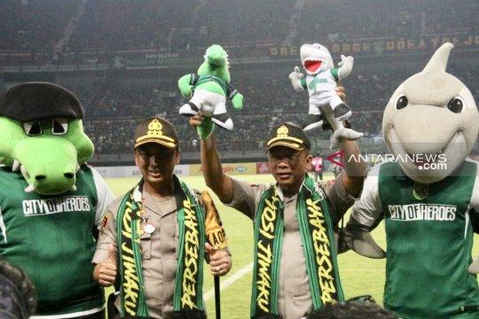 Rudi Setiawan berpamitan ke bonek kelilingi stadion GBT