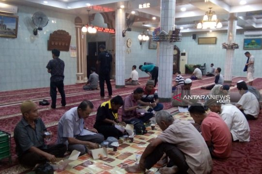 Masjid Nurul Iklas Padang sediakan takjil dan nasi kotak gratis