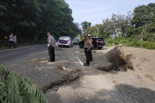 Jalur nasional perlintasan Paseh di Sumedang ambles