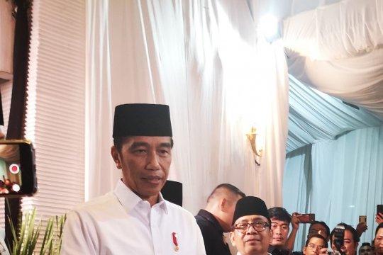 Buka bersama Pimpinan DPR, Jokowi santap sop kikil