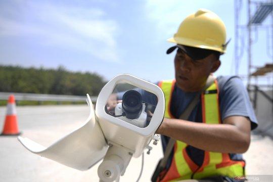 Pemasangan CCTV di jalur tol Semarang - Batang