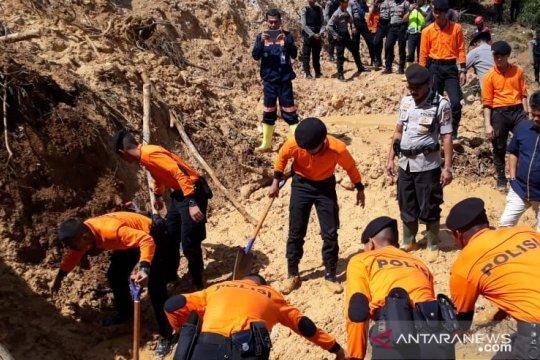 Enam penambang selamat setelah 15 jam terkurung longsoran di Bogor