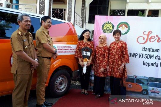 DWP Kementerian ESDM serahkan tiga ambulans pengungsi Palu