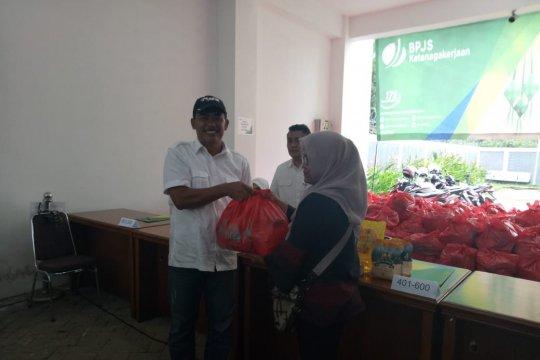 BPJS Ketenagakerjaan Cabang Serang bagikan 800 paket sembako murah