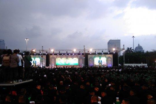 Hujan tak surutkan Jokowi dan TNI-Polri  maghrib berjamaah di Monas
