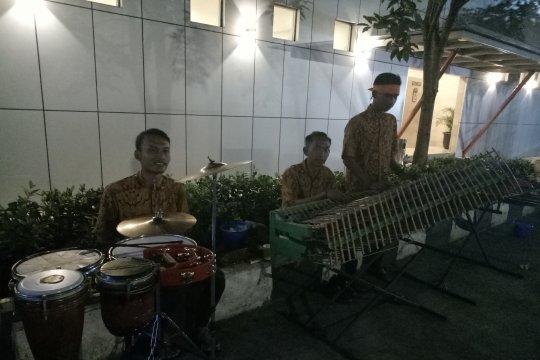 Kesenian angklung siap menghibur di KM 429 Semarang