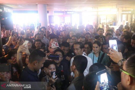 "Presiden Joko Widodo menyapa warga Bali dan turis di ""Beach Walk"""