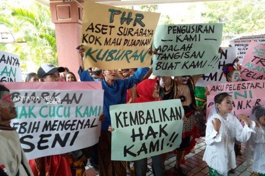 Puluhan pelaku seni tradisional THR demo di DPRD Surabaya