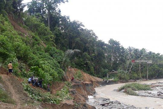 Jalan poros Palu-Kulawi putus diterjang banjir