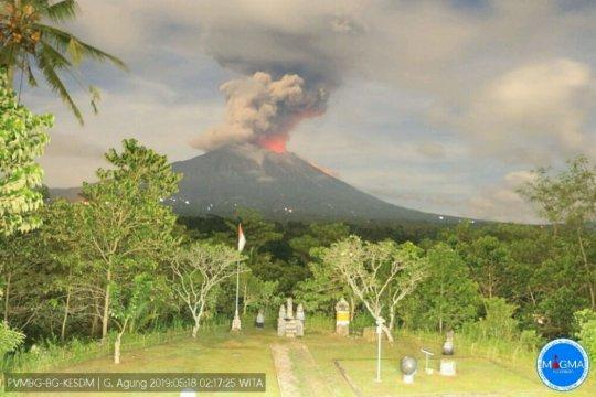 Gunung Agung erupsi lontarkan lava pijar hingga tiga kilometer