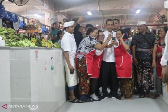 Presiden Jokowi puji penggunaan tas ramah lingkungan di Pasar Badung