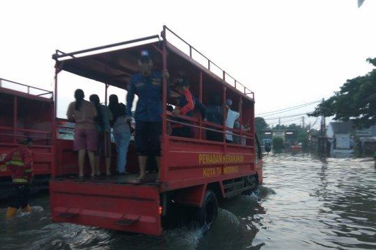 Banjir Tangerang disebabkan aliran Kali Cirarab tersumbat eceng gondok
