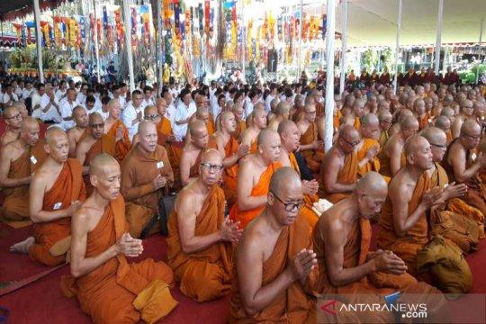 Ratusan biksu lantunkan Parita Suci di Candi Mendut