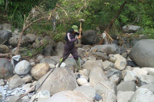 Rita perempuan tangguh pemecah batu